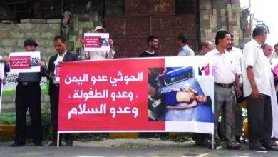 """صورة مليشيا الحوثي تمارس الإرهاب بحق جيران الضحية """"ختام العشاري"""" للإدلاء بشهادات تبرئ عناصرها"""