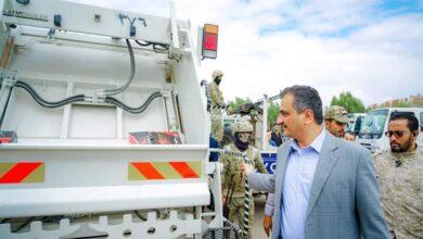 صورة محافظ #العاصمة_عدن يدشن توزيع عدد من الآليات الجديدة بصندوق النظافة
