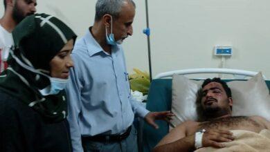 صورة سوقي والشبحي يتفقدان جرحى الهجوم الإرهابي على مطار عدن