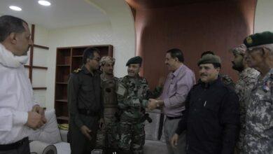 صورة تسليم واستلام بين اللواء شلال والعميد الشعيبي لإدارة أمن العاصمة عدن