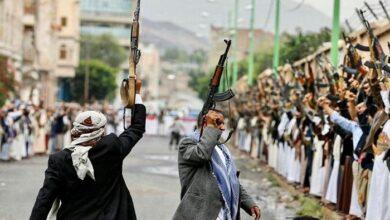 صورة على نهج إيران.. مليشيا الحوثي تشدد قضبتها الأمنية على مواقع التواصل