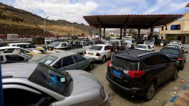 صورة لتعزيز السوق السوداء.. مليشيا الحوثي تفتعل أزمة وقود جديدة في صنعاء