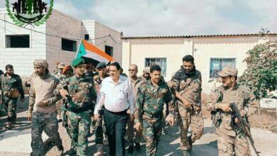 صورة مدير إدارة الأمن يتفقد معسكر قوات الحزام الأمني في العاصمة عدن