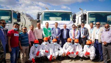 صورة محافظ #العاصمة_عدن ووزير المياه يحضران عملية تسليم أربع سيارات جديدة لمؤسسة المياه والصرف الصحي