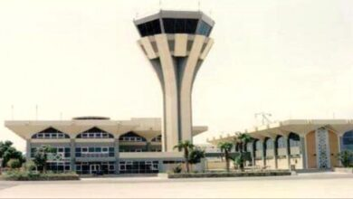 صورة القبض على مطلوب للإنتربول الدولي في #مطار_عدن