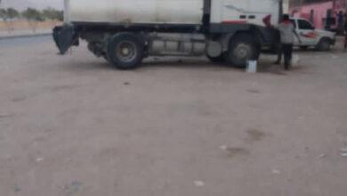 صورة سلطة شبوة الإخوانية تستخدم الشاحنات الصغيرة لتهريب النفط إلى مليشيا الحوثي في البيضاء