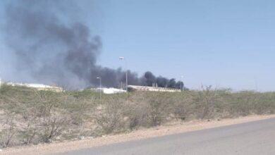 صورة إحتراق مصنع للبطاريات في #البرح بـ #تعز_اليمنية بقصف صاروخي لمليشيا الحوثي