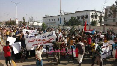 صورة عاجل  أبين.. تظاهرة حاشدة في زنجبار تطالب بطرد المحافظ