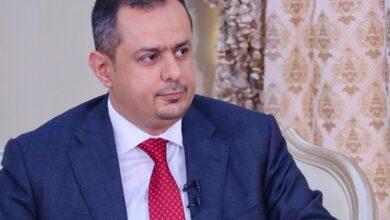 """صورة رئيس الوزراء """"معين عبدالملك"""" يحذر من استمرار انهيار العملة المحلية"""