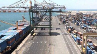 صورة مليشيا الحوثي ترفع الرسوم الجمركية على البضائع المستوردة عبر ميناء عدن