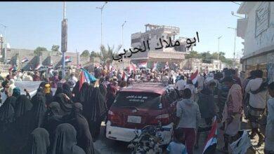 صورة مظاهرات حاشدة في أبين تطالب بطرد المحافظ
