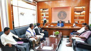 صورة الخُبجي يناقش مع عدد من أعضاء الجمعية الوطنية بأبين جهود تطبيع الحياة بالمحافظة
