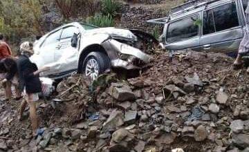 صورة السيول تجرف عدد من السيارات بتعز اليمنية