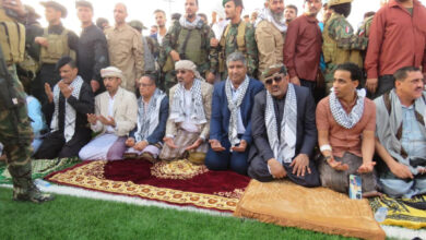 صورة الرئيس  الزُبيدي يؤدي صلاة عيد الفطر المبارك بالعاصمة عدن  مع جموع المواطنين