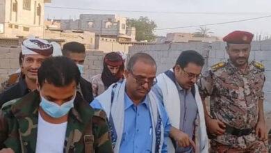 صورة الوزير الزعوري ورئيس تنفيذية انتقالي لحج الشعيبي يؤديان صلاة عيد الفطر مع جموع المصلين بالحوطة