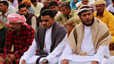 صورة رئيس انتقالي سقطرى يؤدي صلاة العيد مع جموع المصلين بمدينة حديبو