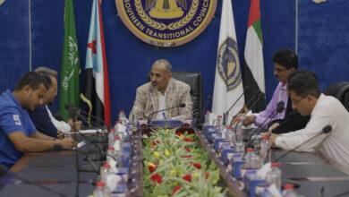 صورة الرئيس الزُبيدي يطّلع على سير العمل بالدائرة السياسية في الأمانة العامة لهيئة الرئاسة