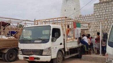 صورة مؤسسة الشيخ خليفة تقدم مساعدات غذائية لـ 6 أحياء سكنية غرب #سقطرى