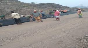 صورة لحج : مدير عام المسيمير يتفقد أعمال سفلتة طريق جول مدرم – عقان