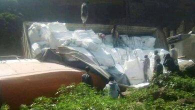 صورة انقلاب شاحنة يقطع الخط الرابط بين محافظتي إب والحديدة اليمنيتين