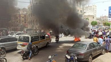 صورة احتجاجات وقطع للطرقات تنديدًا بفساد مليشيا الإخوان في تعز