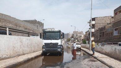 صورة مأمور مديرية #المعلا يوجه بشفط مياه #الأمطار من الشوارع