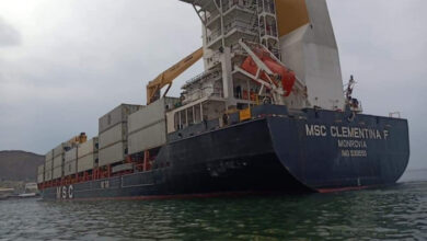 صورة وصول سفينة محملة بأوراق نقدية جديدة إلى المكلا