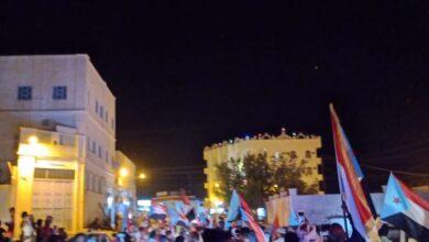 صورة مسيرة حاشدة بالدرجات النارية بسيئون رفضًا لانعقاد جلسات مجلس النواب اليمني