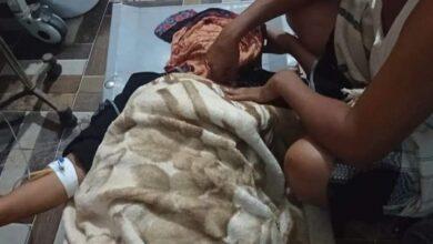 صورة إصابة إمرأة جراء قصف حوثي استهدف مدينة حيس اليمنية