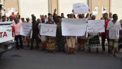 صورة مظاهرة حاشدة للعسكريين الجنوبيين أمام البنك المركزي بعدن تطالب بصرف المرتبات المنقطعة منذ 8 أشهر
