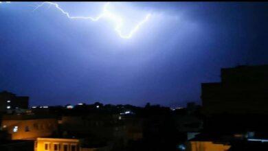 صورة هطول أمطار متوسطة مصحوبة بصواعق رعدية على العاصمة عدن