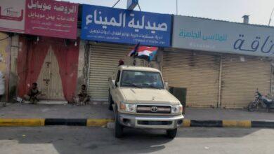 صورة الأطقم الأمنية والعسكرية بساحل حضرموت ترفع أعلام الجنوب خلال فعالية المكلا