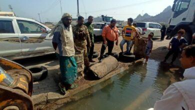صورة مدير عام البريقة يشدد على مضاعفة الجهود في إصلاح أنبوب المياه المغذي لبعض مناطق المديرية