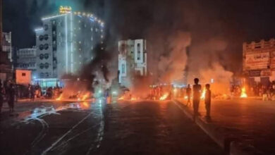 صورة محتجون يضرمون النار في الإطارات ويقطعون الشارع الرئيس بكريتر احتجاجا على تردي الخدمات