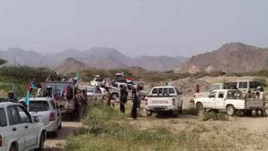 صورة حشود أبناء هدى بحبان تتوافد إلى مركز إقامة الفعاليات بالمديرية للمطالبة برحيل مليشيا الإخوان