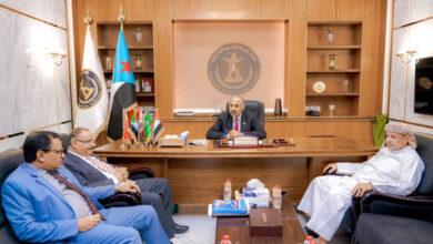 صورة الرئيس الزُبيدي يلتقي عضوي هيئة الرئاسة اللواء السقطري والسلطان آل عفرار ووزير النقل عبدالسلام حُميد