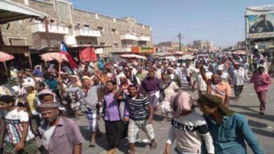 صورة احتجاجات شعبية تنديداً بتدهور الخدمات وغياب #الكهرباء في حوطة #لحج