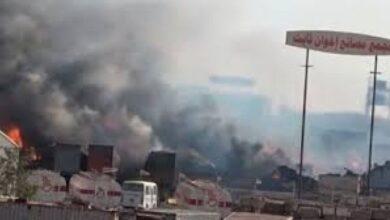 صورة اشتعال النيران في مجمع إخوان ثابت الصناعي بالحديدة جراء قصف مدفعي حوثي