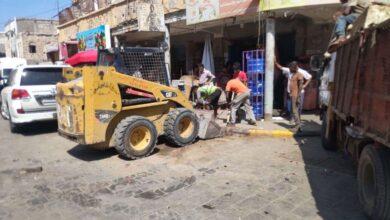 صورة السلطة المحلية بالتواهي تنفذ حملة واسعة لرفع البسطات العشوائية من شوارع المدينة