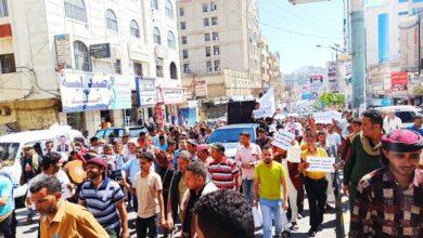 صورة مظاهرة في تعز تندد بفساد الإخوان وتدهور العملة المحلية